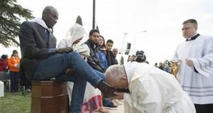 بابا الفاتيكان فرنسيس يغسل و يقبل أرجل المسلمين ما السبب ؟